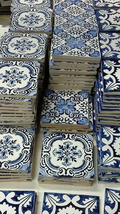 Blue and white Portuguese Tiles. Traditional patterns on Portuguese azulejos Blue Tiles, White Tiles, Blue Bathroom Tiles, Interior And Exterior, Interior Design, Portuguese Tiles, Portuguese Culture, Home And Deco, White Decor