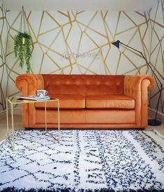 guest room featuring orange sofa bed and gold side table Decor, Wallpaper Bedroom, Orange Sofa, Rose Gold Bedroom, Gold Girls Room, Gold Wallpaper Bedroom, Gold Side Table, Bedroom Vintage, Trendy Bedroom