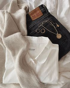 Linen shorts and sea shells 🐚 Classy Outfits, Stylish Outfits, Winter Outfits, Cute Outfits, Fashion Outfits, Womens Fashion, Fashion Trends, Spring Outfits, Cozy Fashion