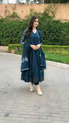 Simple things can make big differences at times – like a basic salwar kameez, looks more graceful and adds feminity to the complete look by adding a piece of fabric called dupatta. Simple Pakistani Dresses, Indian Gowns Dresses, Indian Fashion Dresses, Pakistani Dress Design, Indian Designer Outfits, Pakistani Outfits, Beautiful Dress Designs, Stylish Dress Designs, Designs For Dresses