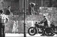 Muro de Berlim um símbolo da divisão da Alemanha em duas... Direitos adquiridos ele caiu valorizou este gigante. Click e revêja esta maravilha!