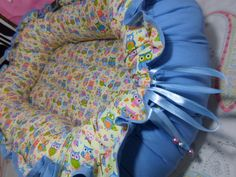 No ninho, o aconchego acontece de forma mais mamífera envolvendo o bebê como se ele ainda estivesse dentro do útero, proporcionando segurança e conforto semelhantes à fase gestacional!   Assim, quando o bebê mexer bracinhos e perninhas ele sempre encosta nas laterais, sentindo como se estivesse seguro no útero. Por isso, o ninho é todo ajustável, e acompanha o desenvolvimento do recém-nascido até aproximadamente os 4 meses. É prático pra levar pra casa da mãe, da sogra.. em todos os lugares!