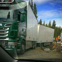 Her ble det trafikkork mens vi ventet på at han i gravemaskinen lagde en provisorisk vei rundt lastebilen.