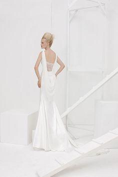 Collezione Vision 2014 - Elisabetta Polignano: abito da sposa bianco con dettagli preziosi ed in pizzo sul retro e strascico in fondo #wedding #weddingdress #weddinggown #abitodasposa #minidress