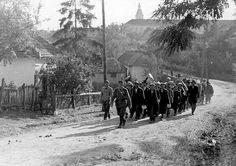 Uma coluna de escravos judeus. Foto tirada em Sarospatok, Hungria, 1941.