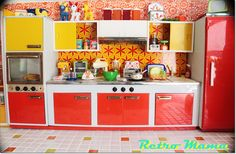 Incredible retro kitchen. See the wallpaper on top? I totally have the exact print in mustard yellow on some plasticy stuff.