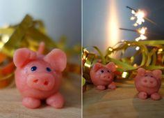 Das perfekte Mitbringsel für Silvester, ein Schwein aus Marzipan. Natürlich eignet sich dieses auch perfekt als Deko. Ihr braucht lediglich 2-3 Zutaten und 10 Minuten Zeit.