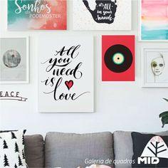 Galeria de quadros criativos e divertidos, com frases positivas na sala de estar.  #picture #frame #decoratingideas #decorate #art #photography #painting #inspiration