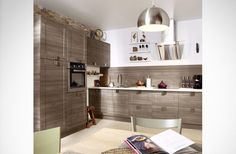 une cuisine sobre pratique et esthétique avec sa hotte discrète plaquée au mur