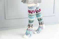 Merja Ojanperän We love winter -kirjoneulesukat | Meillä kotona Christmas Stocking Pattern, Christmas Stockings, Leg Warmers, Wwe, Harem Pants, Legs, Knitting, Crafts, Fashion