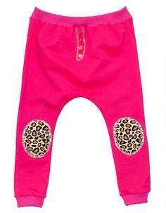 Spodnie dresowe typu pumpy, w kolorze fuksji. Na kolanach ozdobne łaty z motywem w centki pantery.
