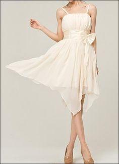Verspieltes Brautjungfernkleid oder auch Brautkleid mit elfenhaftem Zipfelsaum