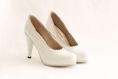 ANGELITA Capellada: Cabretilla en color blanco con ribete al tono Forro: De piel muy suave Altura de taco:11.5 cm Plataforma:1.3 cm de plataforma cubierta Altura real del calzado:10.2 cm (11.5 cm de taco -1.3 de plataforma) Cómoda plantilla de armado: Origen italiano Suela: En cuero Colores: Combinación a tu gusto. #shoes #bridal #wedding #design #lailafrank #white #novia #luxury #boda #casamiento #party #zapato #tacos Pumps, Shoes, Fashion, Leather, Over Knee Socks, Fur, Boyfriends, Wedding, Zapatos