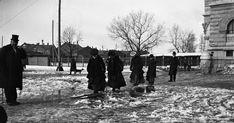 """Tämän kuvan nimeksi isoisäni Walter Rydman on antanut """"Den smala stigen"""" , """"Kapea polku"""". Säätyläisperhe on ilmeisesti kevättalvella 1905 t..."""