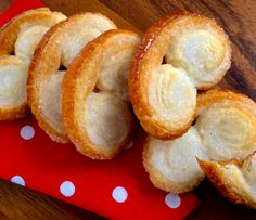 Die Retrowelle hat auch die Stilpalast-Backstube erreicht. In den 70er-Jahren in jedem Schweizer Haushalt mit Kindern ein Riesenhit, sind die selbstgemachten Prussiens in den vergangenen Jahren etwas ausser Mode gekommen. Schade, finden wir, denn diese Blätterteig-Zucker-Guetzli schmecken nicht nur sehr gut, sondern sind mit einem Fertigteig auch kinderleicht und ganz schnell herzustellen. Onion Rings, Pretzel Bites, Cake Cookies, Bakery, Ethnic Recipes, Desserts, Blitz, Food, Cracker