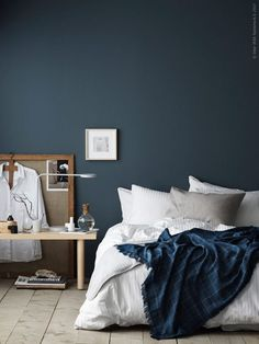 Even though I have seen it in so many inspirational interiors already, I'm still in love every time I see a petrol bedroom wall. Combined with these warm elements and crisp white sheets it gives the r