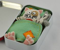 Felt Cat Plush Sleeping in an Altoid Tin by CreaturesInStitches. Cat Crafts, Crafts To Make, Crafts For Kids, Matchbox Crafts, Craft Projects, Sewing Projects, Tin Art, Altered Tins, Cat Quilt