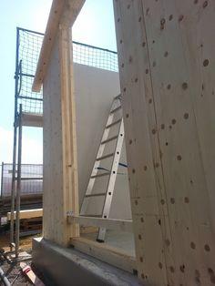 Holzhausbau Massivholzhaus, Montage -Sicherungshölzer in Türöffnungen, Montageschwelle wird herausgeschnitten - Bauplanung gerne mit unserem Holzhaus Architekten Team - http://www.zimmerei-massivholzbau.de