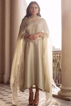 Pakistani Fashion Casual, Pakistani Dress Design, Bollywood Fashion, Pakistani Dresses, Indian Fashion, Pakistani Couture, Stylish Dress Designs, Stylish Dresses, Simple Dresses