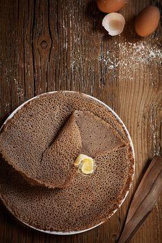 Ce week end c'est la Chandeleur, comme la tradition l'exige c'est le jour des crêpes ! A la maison on aime les crêpes traditionnelles au sucre mais on aime aussi les galettes Bretonnes ! Ces grandes crêpes salées sont faites à base de farine de sarrasin. Autant vous le dire tout de suite le goût …