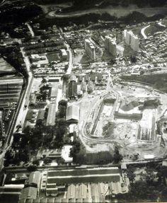 Vista de El Hospital Militar Dr. Carlos Arvelo, (también conocido como Hospital Militar de Caracas) localizado en la Urbanización San Martín de la Parroquia San Juan del Municipio Libertador en el Distrito Capital al oeste de la ciudad de Caracas, su construcción, que data de 1950.