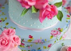 Vocês conhecem essa versão dos bolos de casamento? Eles possuem um ou mais andares, igual aos bolos normais de casamento, só que do tamanho de um prato de sobremesa. Esta pode ser uma opção linda para quem terá poucos convidados e pode servir até como sobremesa de um jantar. Pensei também que pode ficar lindo para um casamento no civil. Enfim, é uma opção SUUUUPER interessante e fofa para seu casamento.