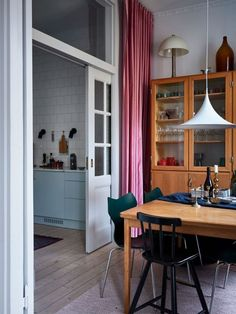 våningen i ett vackert jugendhus. Interior Architecture, Interior And Exterior, Living Area, Living Spaces, Living Rooms, Cozy House, Interior Inspiration, Decoration, Interior Decorating