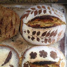 A receita do pão não importa muito. Este, com levain - fermentação natural, fiz meio a olho para aproveitar o que sobrou de massa de milh...