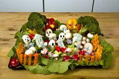 Halloween Rezepte: Gemüse Friedhof - Halloween.de Halloween Cocktails, Halloween Snacks, Halloween Cupcakes, Halloween Buffet, Halloween Mantel, Happy Halloween, Cinnamon Apple Chips, Holiday Side Dishes, Food Humor