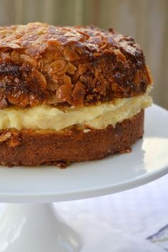 Bienenstich (Bee Sting Cake) German dessert - Bun-like cake with a creamy custard filling and a caramelized almond topping. My great grandma is amazing at making this. German Desserts, Just Desserts, Delicious Desserts, Dessert Recipes, Yummy Food, Cake Recipes Uk, German Recipes, Food Cakes, Cupcake Cakes