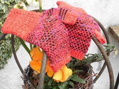 Fingerløse vanter strikket fra manchet til fingerspidser. Manchetten er i et sjovt mønster med krydsede masker og selve hånden strikkes med 2 farver i et meget nemt mønster, hvor du kun strikker med en farve af gangen. Strikkes på 5 strømpepinde og er i tre damestørrelser: S, (M) og L. Kit indeholdende opskrift og strømpegarn, en ensfarvet rød og en multifarvet i sorte, lilla og rødlige nuancer. Har du bestemte ønsker om farve, så skriv til mig og vi finder ud af det. Opskriften og…