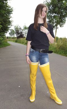 Baby Sandy - Kiabi Ti Shirt, Artisanal Leather Handwork Belt, Pimkie Denim Pants, Aigle Yellow Rubber Waders For Girls - Fashion waders : Ideal boots for promenade, mud, fishing... | LOOKBOOK