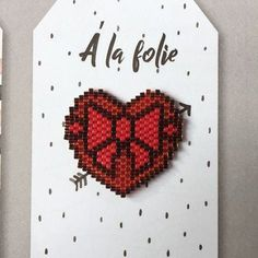 C'est bientôt la saint Valentin! Kandi Patterns, Peyote Patterns, Beading Patterns, Hama Beads, Beaded Brooch, Beaded Animals, Beading Projects, Bead Art, Bead Weaving