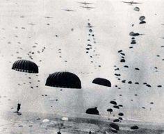 Paratroopers descend enmasse at the DZs near Arnhem, September 1944. Copyright: Airborne Assault Museum, Duxford