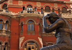 Η στεναχώρια by Melon Το άγαλμα και το κτήριο είναι στην Αγίας Σοφίας στο κέντρο της Θεσσαλονίκης.