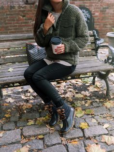 Fall outfit idea with Sperry Saltwater Duck Boots Fall outfit idea with Sperry Saltwater Duck Boots New England fall style // cozy + casual outfits // leggings + duck boots + a pull over<br> Coziest casual fall outfit with Sperry saltwater duck boots! Black Sperry Duck Boots, Sperry Saltwater Duck Boots, Sperry Boots, Duck Boots Outfit, Winter Boots Outfits, Boot Outfits, Fall Boots, Zooey Deschanel, Boots And Leggings