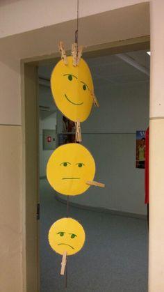 Joka aamu jokainen oppilas saa käydä laittamassa oman pyykkipoikansa onnelliseen, tavalliseen tai surulliseen naamaan ja kertoa syyn. Opetellaan samalla tunnistamaan omia ja toisten tunnetiloja sekä ennakoimaan tunnekäytöstä.
