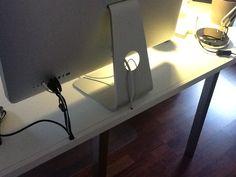 Kabelkanal hinten am Schreibtisch