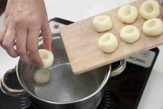 Jak zrobić kluski śląskie? - wypróbuj sprawdzoną poradę. Odwiedź Smaczną Stronę Tesco.