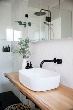 White tiles with white grout – Weiße Fliesen mit weißem Fugenmörtel – Decor, Interior, White Tiles, Bathroom Inspiration Modern, Stylish Bathroom, Home Decor, Bathroom Inspiration Decor, Bathroom Decor, Black Bathroom