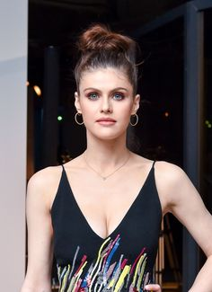 Celebrities - Alexandra Daddario Photos collection You can visit our site to see other photos. Hollywood Celebrities, Hollywood Actresses, Actors & Actresses, Alexandra Anna Daddario, Beautiful Eyes, Beautiful Women, Beautiful Actresses, American Actress, Hairstyle