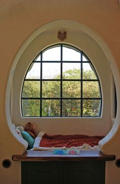 Window at Oak Tree House by Jeff Shelton Architect Style At Home, Cob House Interior, Cob Building, Green Building, Sleeping Nook, Dome House, Earth Homes, Natural Building, Round House