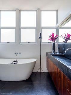 36-decoracao-banheiro-revestimentos-cinza-banheira