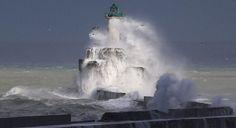 Der Leuchturm bei Sturm in Boulogne-sur-Mer, Nordfrankreich (© Pascal Rossignol/Reuters).