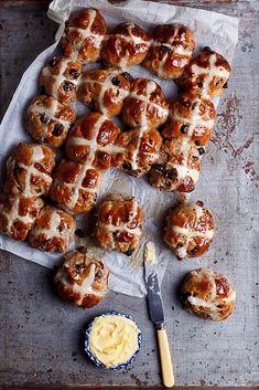 // extra-spicy chocolate chunk hot cross buns, perfect for Easter brunch. English Breakfast, Breakfast Desayunos, Breakfast Casserole, Cross Buns Recipe, Bun Recipe, Scones, Brunch Recipes, Bread Recipes, Brunch Ideas