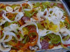 Das perfekte Bunte Spirali-Pizza-Rezept mit Bild und einfacher Schritt-für-Schritt-Anleitung: Den Teig aus der Verpackung nehmen, mit dem Backpapier auf…