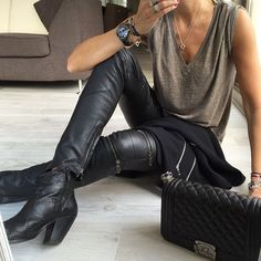 Leather pants are the definition of rocker style. Hipster Outfits, Mode Outfits, Fall Outfits, Casual Outfits, Fashion Outfits, Womens Fashion, Hijab Fashion, Fashion Tips, Rock Chic Outfits