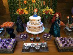 """Nessa outra versão de """"naked cake"""" (bolo pelado, em inglês), da Saimon Cake (www.facebook.com/CakeCarioca), o açúcar de confeiteiro arremata o bolo recheado de brigadeiro. No topo, uma bonequinha da princesa Merida, da animação """"Valente"""""""