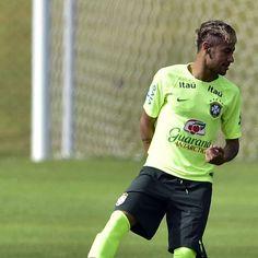 Neymar e Dani Alves estreiam novo visual em treino do Brasil