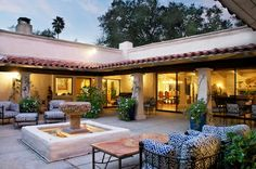 I need a hacienda/veranda with courtyard in my dream house. Hacienda Style Homes, Spanish Style Homes, Spanish House, Spanish Colonial, Spanish Courtyard, Courtyard House, Home With Courtyard, Casa Patio, Backyard Patio